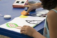 Het jonge meisje schilderen Royalty-vrije Stock Foto's