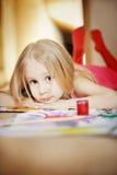 Het jonge meisje schilderen stock afbeelding