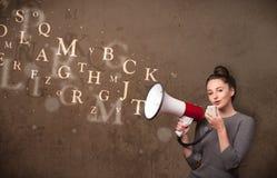 Het jonge meisje schreeuwen in megafoon en de tekst verschijnen Royalty-vrije Stock Foto's