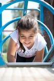 Het jonge meisje spelen bij het park Royalty-vrije Stock Afbeeldingen