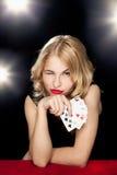 Het jonge meisje spelen in het gokken Royalty-vrije Stock Fotografie