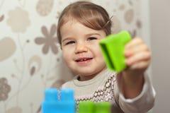 Het jonge meisje spelen met blokken Stock Foto's