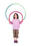 Het jonge meisje spelen met over geïsoleerde hulahoepel Royalty-vrije Stock Foto's