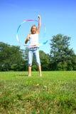 Het jonge meisje spelen met stuk speelgoed stock fotografie