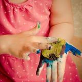 Het jonge meisje spelen met vingerverf stock afbeeldingen