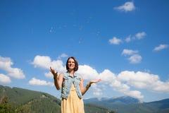 Het jonge meisje spelen met zeepbels Royalty-vrije Stock Afbeeldingen