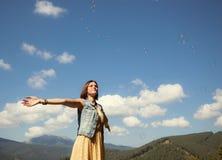 Het jonge meisje spelen met zeepbels Royalty-vrije Stock Fotografie