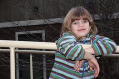Het jonge meisje spelen op de speelplaats Stock Foto