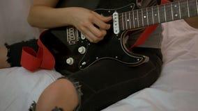 Het jonge meisje spelen op gitaar Sluit omhoog stock videobeelden