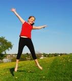 Het jonge meisje springen Stock Afbeelding