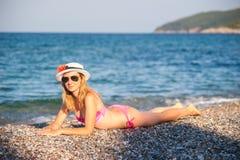 Het jonge Meisje Stellen bij Strand met Hoed Royalty-vrije Stock Afbeelding