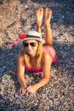 Het jonge Meisje Stellen bij Strand met Hoed Stock Foto's