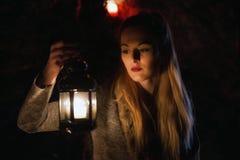 Het jonge meisje stellen met kaarsen royalty-vrije stock afbeeldingen