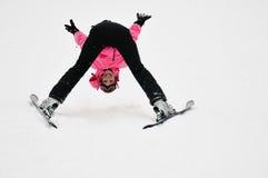 Het jonge meisje stellen op sneeuw Stock Afbeeldingen