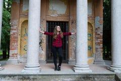 Het jonge meisje stellen in het park in een verlaten gebouw Royalty-vrije Stock Foto's