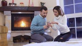 Het jonge meisje toont een zwangerschapstest aan echtgenoot stock videobeelden