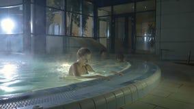 Het jonge meisje toont haar perfect lichaam in zwembad stock footage
