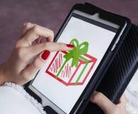Het jonge meisje trekt op de tablet Stock Fotografie