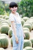 Het jonge meisje van Azië op cactusgebied. Royalty-vrije Stock Afbeeldingen