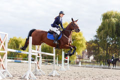 Het jonge meisje van de paardruiter op de ruiterconcurrentie Stock Afbeelding