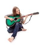 Mooi meisje met gitaar op witte achtergrond stock fotografie