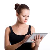 Het jonge meisje van de schoonheidsstudent met tabletcomputer Royalty-vrije Stock Foto's
