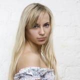 Het jonge meisje van de sensualiteit met blond haar Stock Foto's