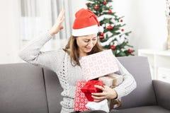 Het jonge meisje is verward met Kerstmisgiften Stock Afbeelding
