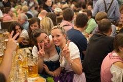 Het jonge meisje viert Oktoberfest Stock Afbeelding