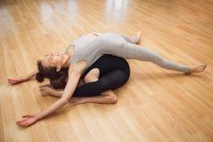 Het jonge meisje vliegt yoga en rek in de studio Stock Afbeeldingen