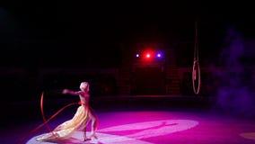 Het jonge meisje voert de acrobatische elementen in de luchtring uit stock videobeelden