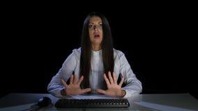 Het jonge meisje is vreselijk om het scherm van de computervertoning te bekijken stock videobeelden