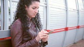 Het jonge meisje wacht op trein stock videobeelden