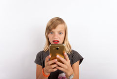 Het jonge meisje wijdde zich aan de mobiele telefoon royalty-vrije stock afbeeldingen