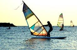 Het jonge meisje windsurfing Stock Foto's