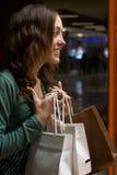 Het jonge meisje winkelen die iets wenst te kopen Royalty-vrije Stock Foto's