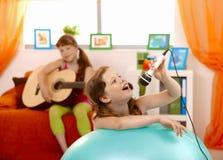 Het jonge meisje zingen in microfoon royalty-vrije stock foto