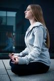 Het jonge meisje zitting en mediteren Royalty-vrije Stock Fotografie