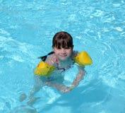 Het jonge meisje zwemmen Stock Afbeelding
