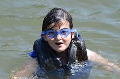 Het jonge Meisje Zwemmen stock afbeeldingen