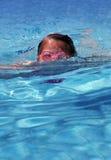 Het jonge meisje zwemmen stock fotografie