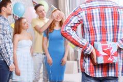 Het jonge meisjes ontvangen stelt bij verjaardagspartij voor Stock Fotografie