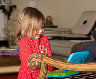 Het jonge meisjespeuter spelen met stuk speelgoed computer Stock Foto