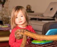 Het jonge meisjespeuter spelen met stuk speelgoed computer Stock Afbeeldingen