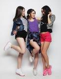 Het jonge meisjesvrienden dansen van vreugde in volledige lengte Stock Foto's