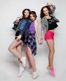 Het jonge meisjesvrienden dansen van vreugde in volledige lengte Royalty-vrije Stock Foto