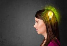 Het jonge mening denken aan groene ecoenergie met lightbulb Stock Fotografie