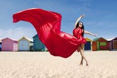 Het jonge model stellen met rode kleding royalty-vrije stock foto