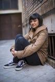 Het jonge moderne kijken vrouw die bij camera staren Royalty-vrije Stock Foto