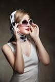 Het jonge modieuze vrouw stellen, het retro stileren Royalty-vrije Stock Afbeelding